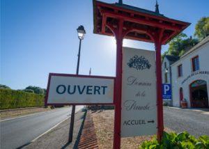 Domaine de la Perruche - Panneau d'entrée de la boutique de vente de vins