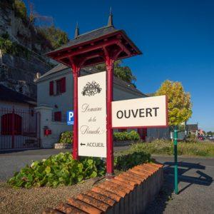 Panneau d'accueil de la boutique de vente de vins du Domaine de la Perruche